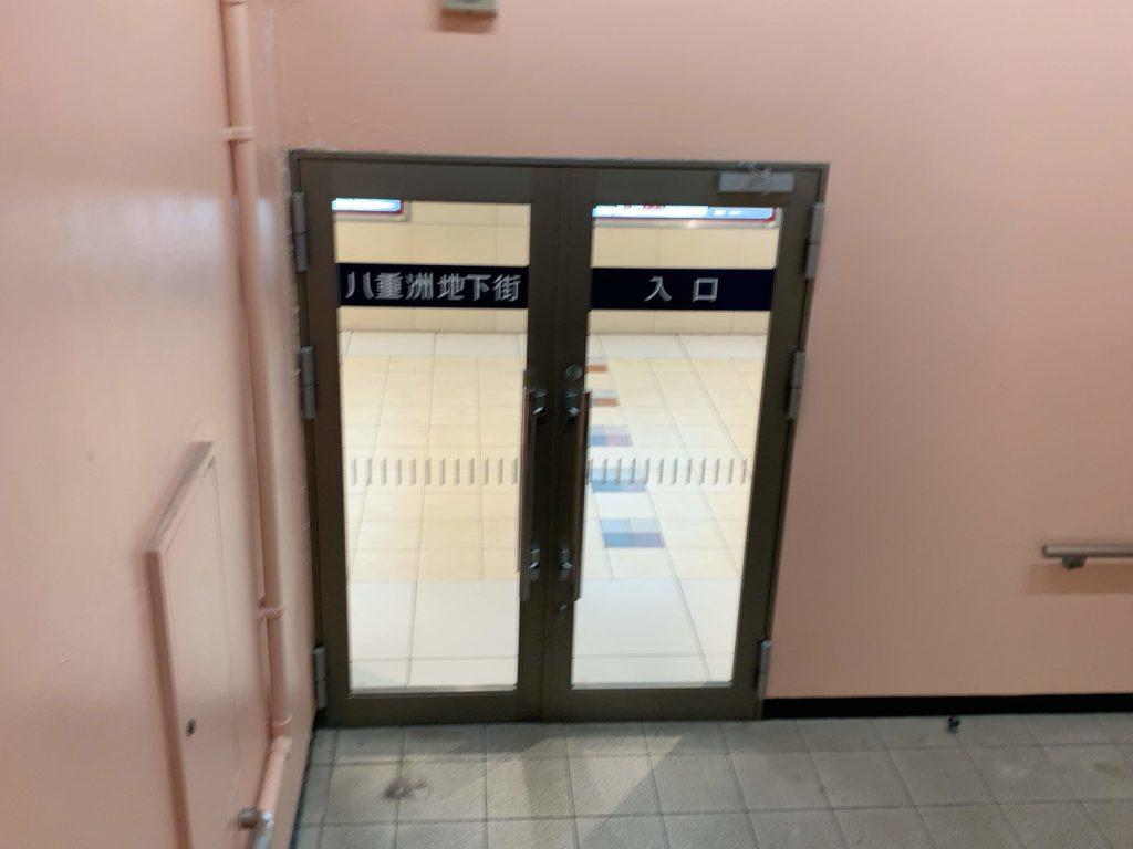 八重洲地下街の入口ドア