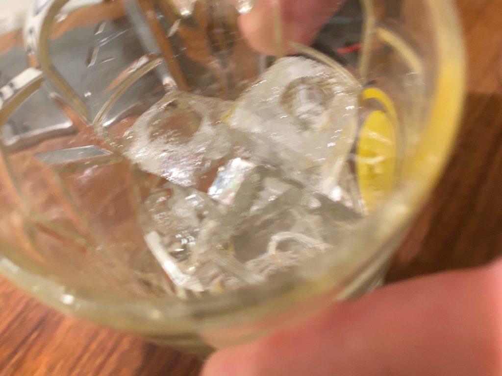 氷だけが入っているジョッキ
