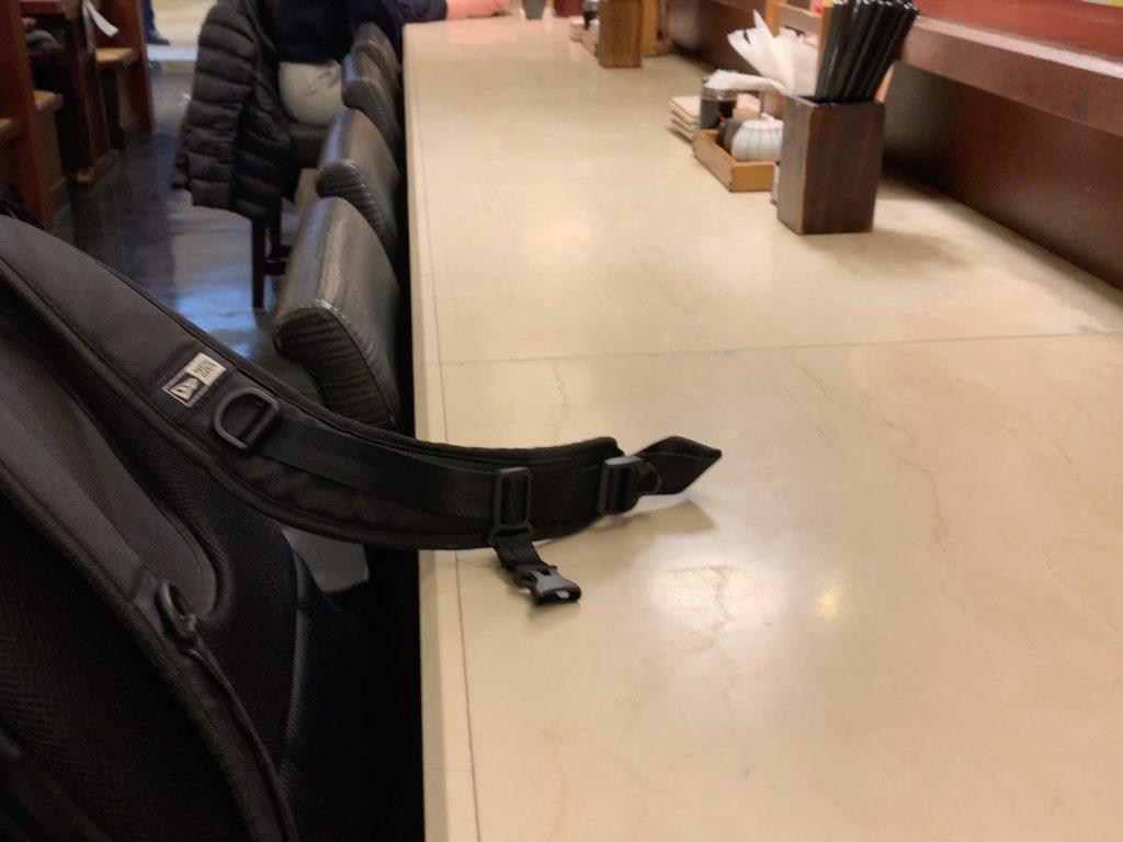 カウンター席の椅子の上にリュックを置いている