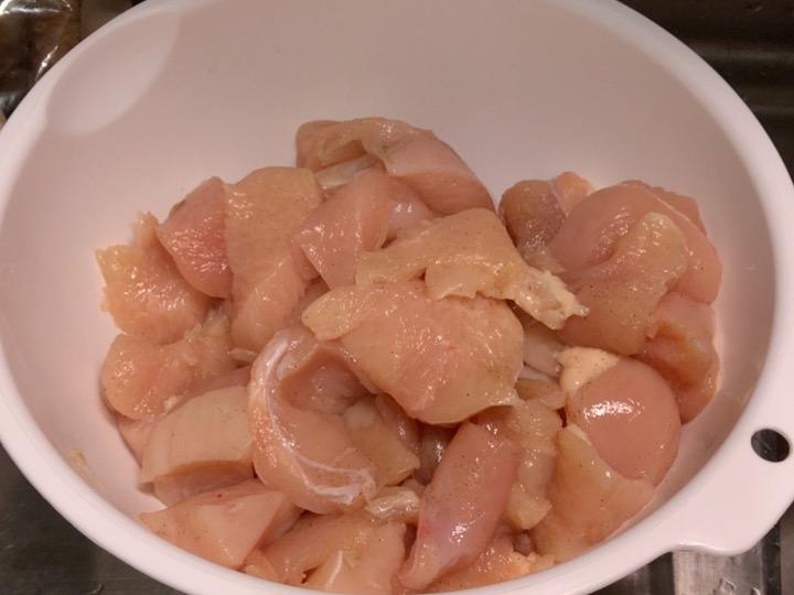 一口大に切った鶏むね肉