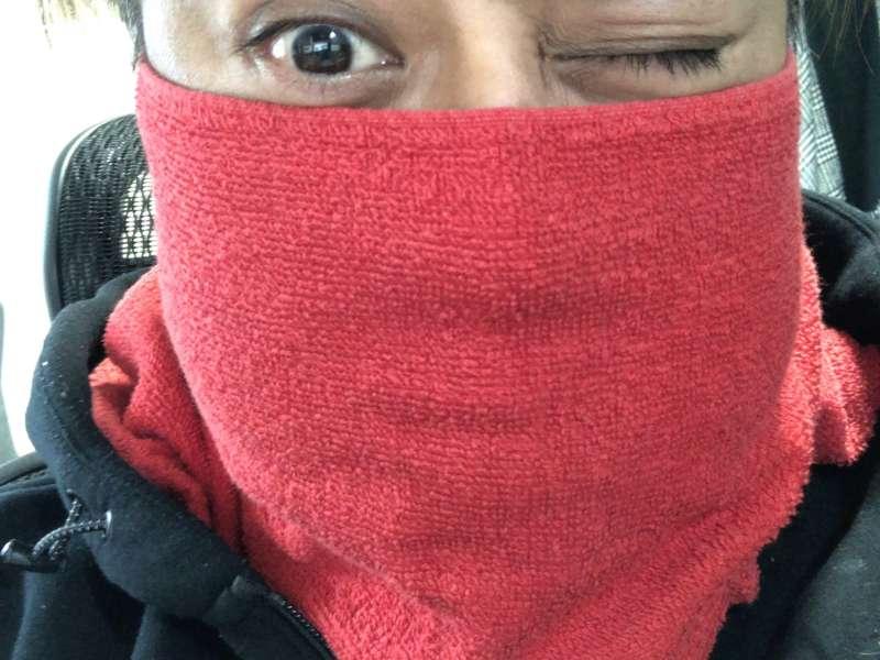顔にタオルを巻いている男性