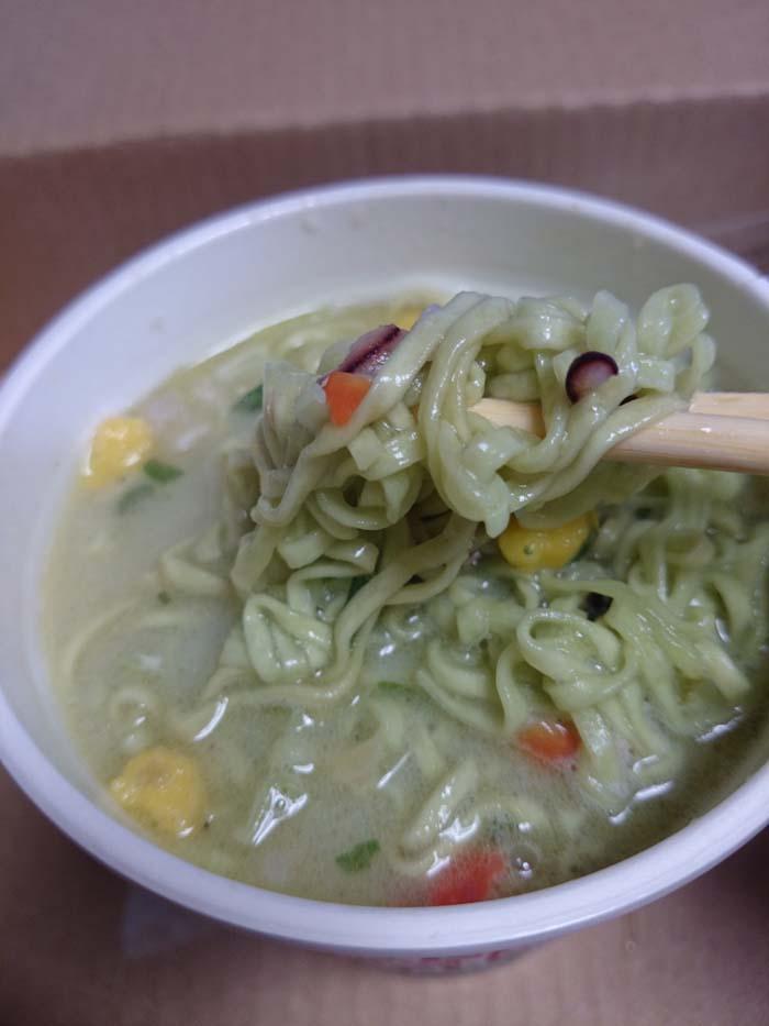 麺をスープに絡めている
