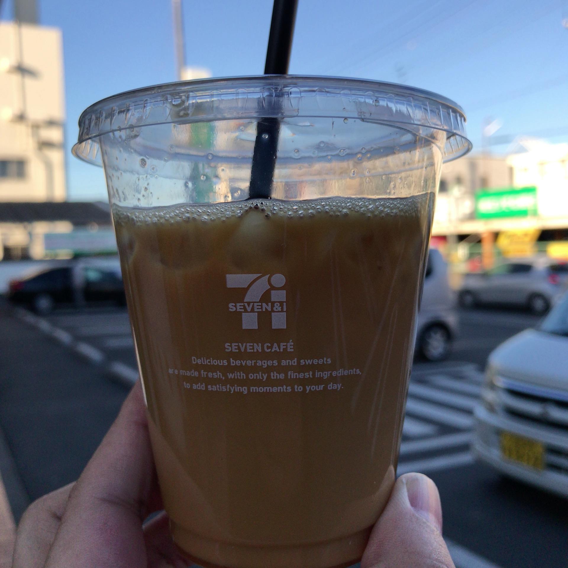 駐車場が背景のアイスコーヒー