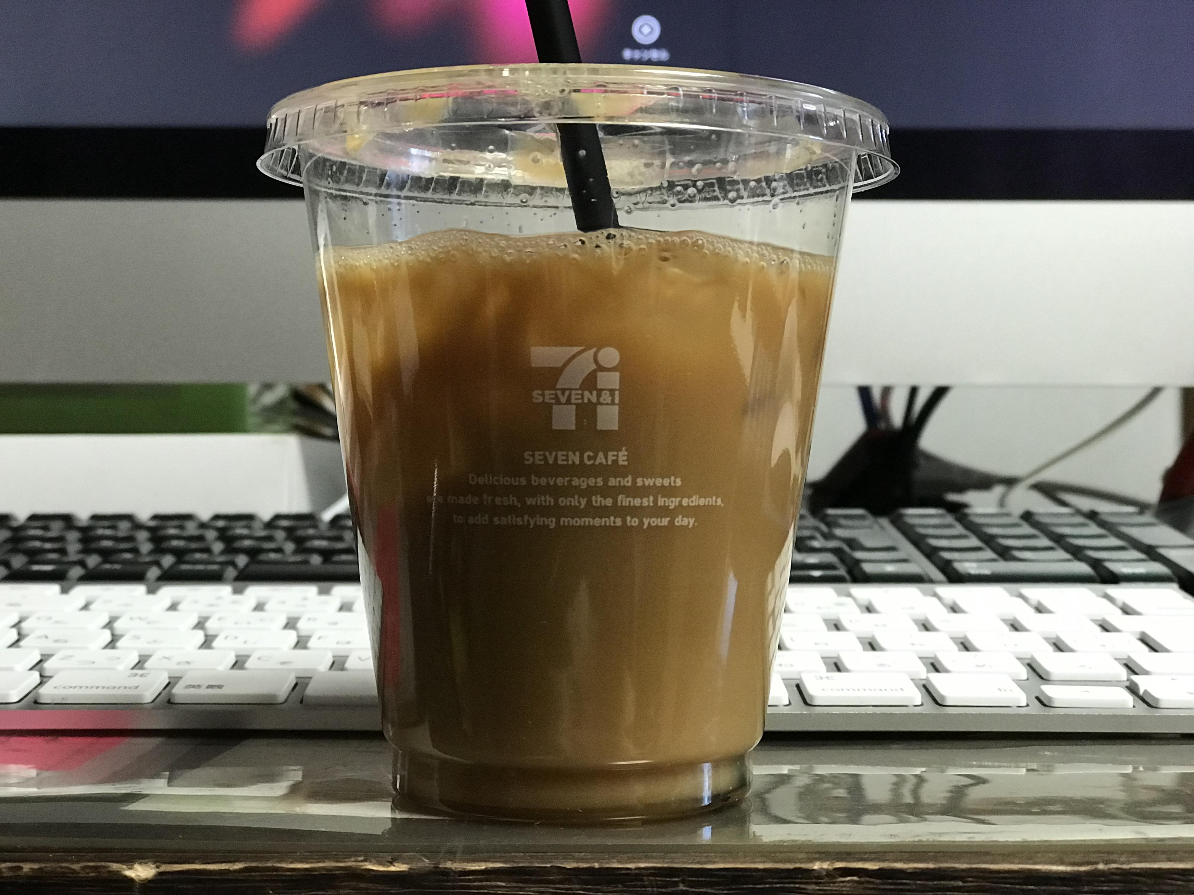 机の上に置かれたコーヒー