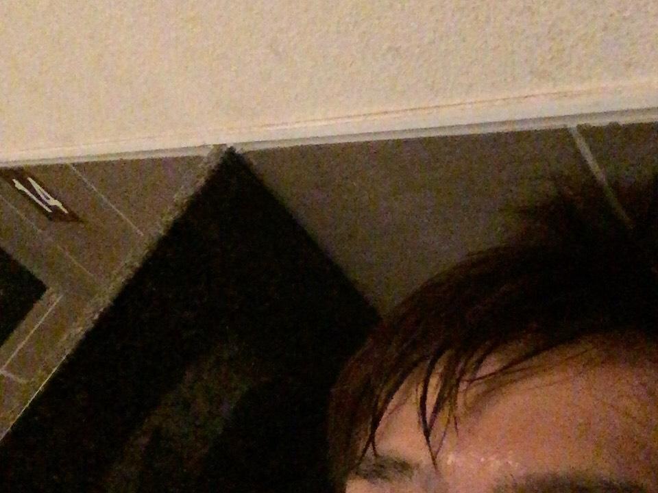 岩盤浴で汗をかいている男性