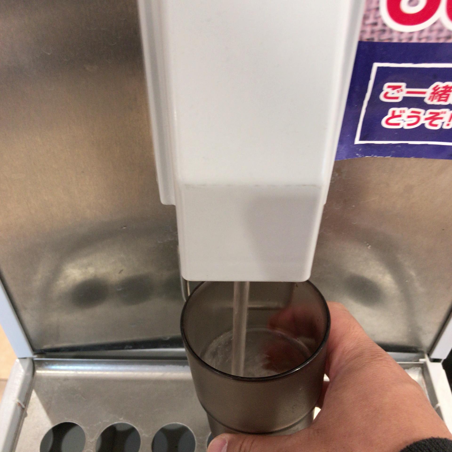 コップに水を注いでいる